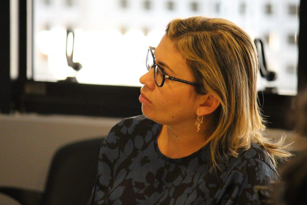 Foto de uma mulher loira de óculos