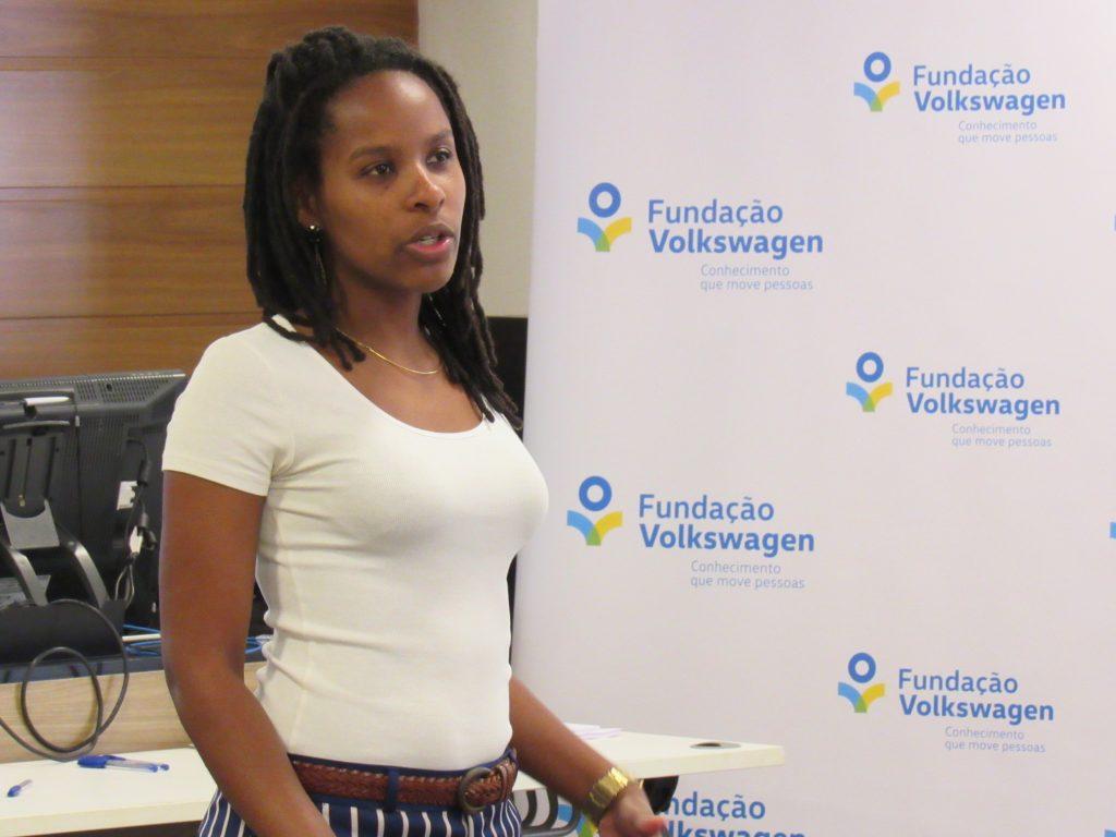 Foto de uma mulher falando em pé