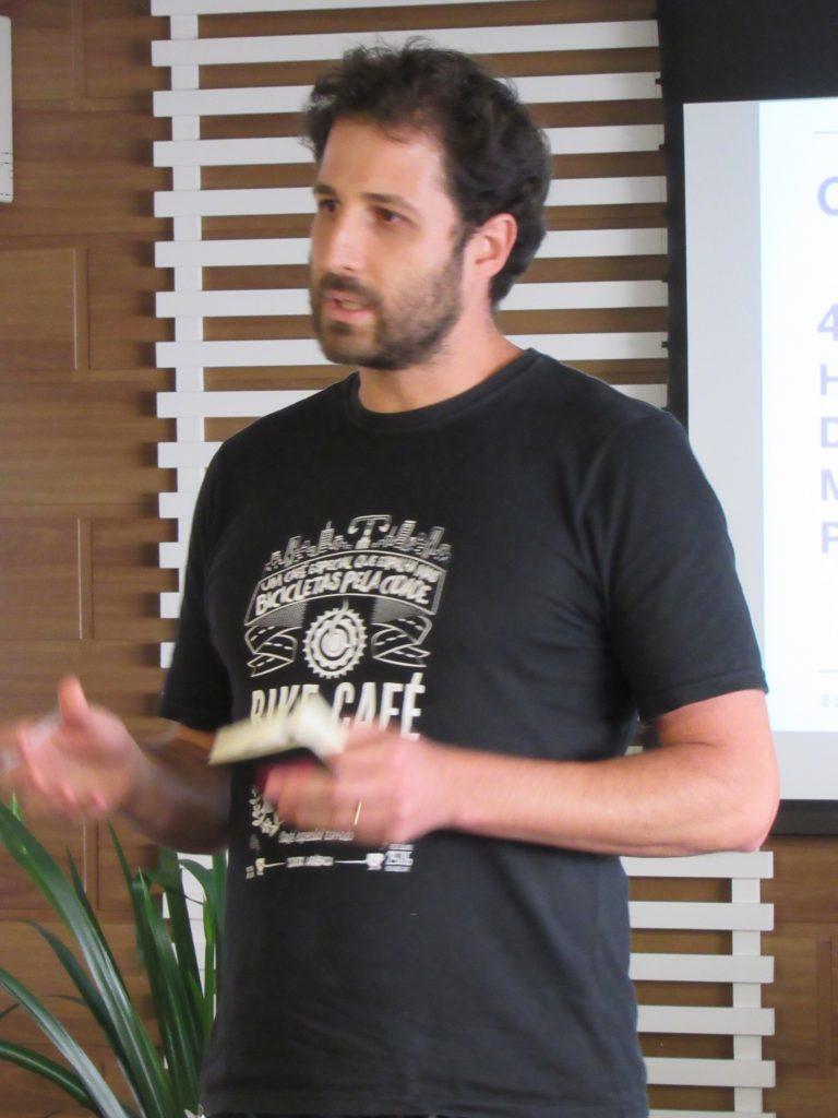 Foto de um homem falando em pé