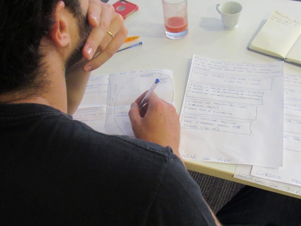 Foto de um homem escrevendo em um papel